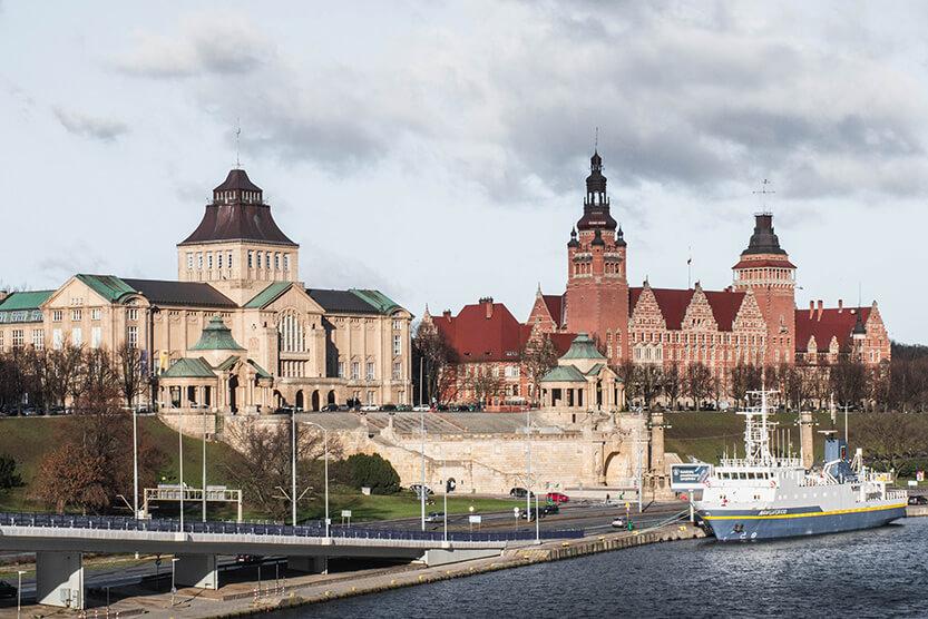 Nationalmuseet i Szczecin ligger flot ned til havnen. Den røde bygning ved siden af er et offentlig kontor.