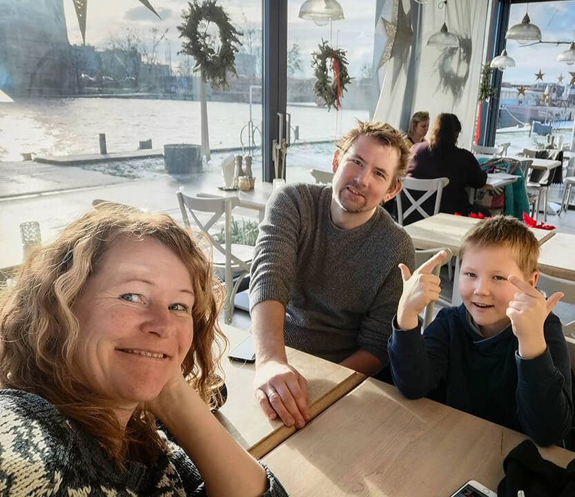 Peter, Lise og Sebastian på cafe i Szczecin, Polen
