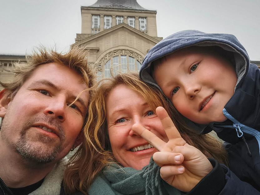 Peter, Lise og Sebastian, foran nationalmuseet i Szczecin