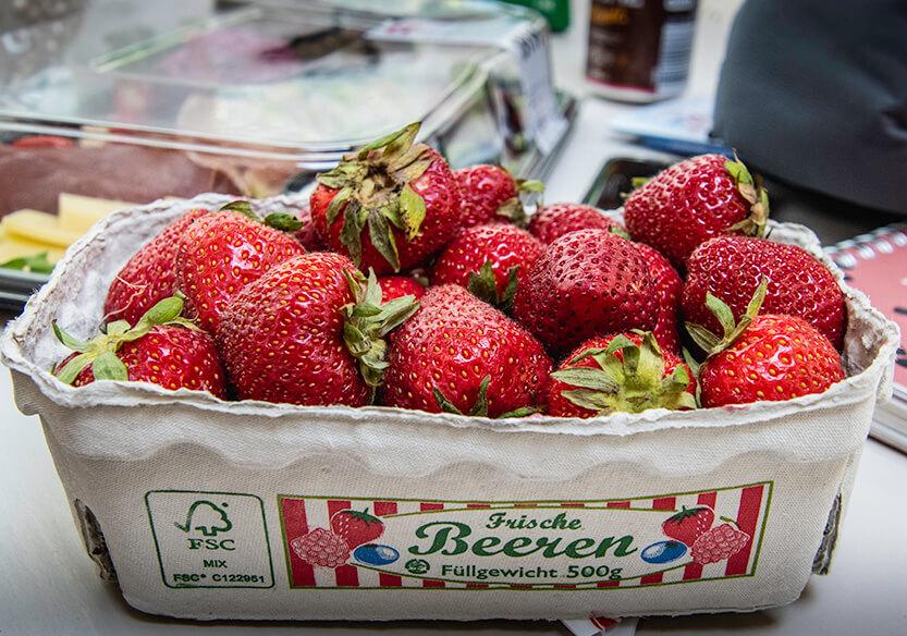 Jordbær og tapas i baggrunden
