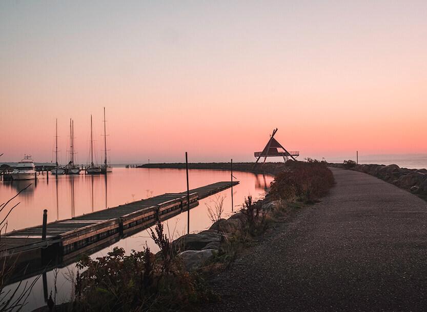 Det er fantastisk at opleve solen stå op både på kendte steder og mindre kendte steder. Her er Lise taget ud for at tage billeder en tidlig oktober morgen ved Egå Marina.