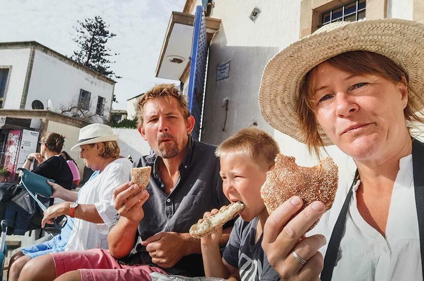 Ved busstationen i Essaouira, vi spiser vores sidste brød, inden turen går tilbage til Marrakech