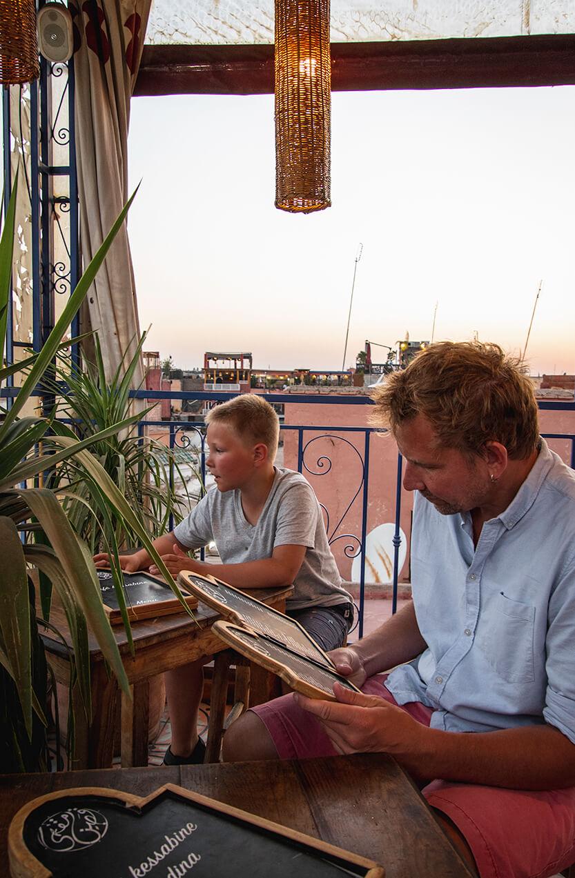 Sebastian og Peter på en tagterasse ved Djerma af Fna