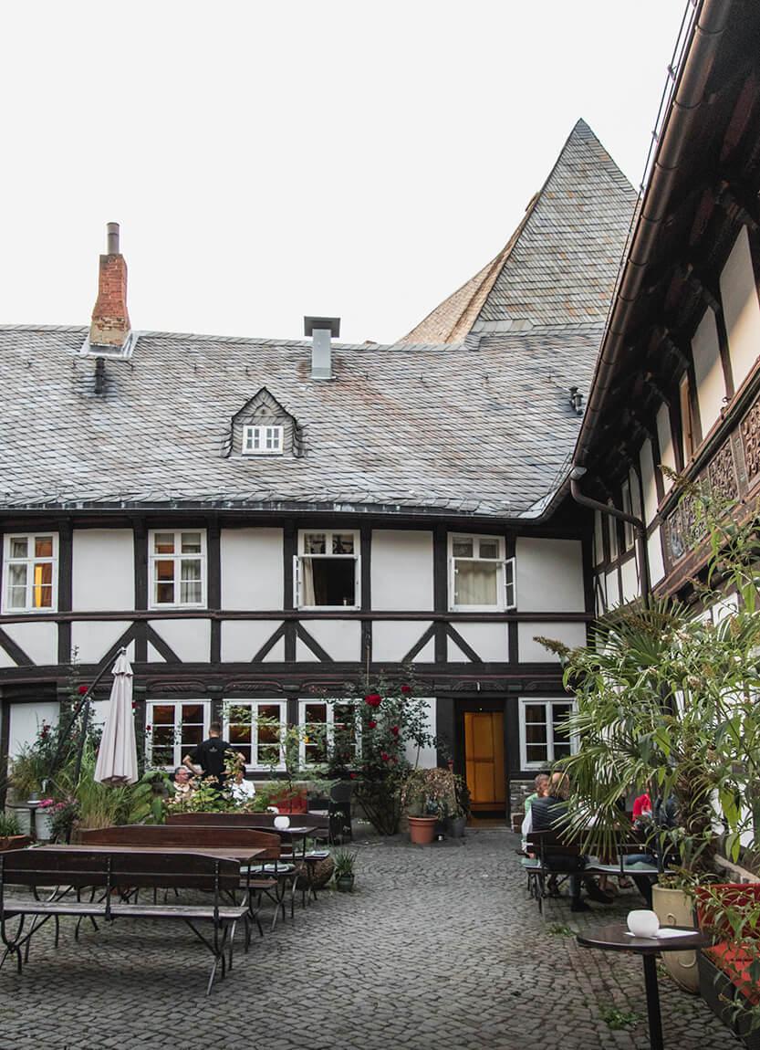 """Den ene af gårdhaverne i Hotel Alte Münze er aldeles stemningfuld og romantisk. Denne gårdhave hører til bygningen """"Den hvide svane""""."""