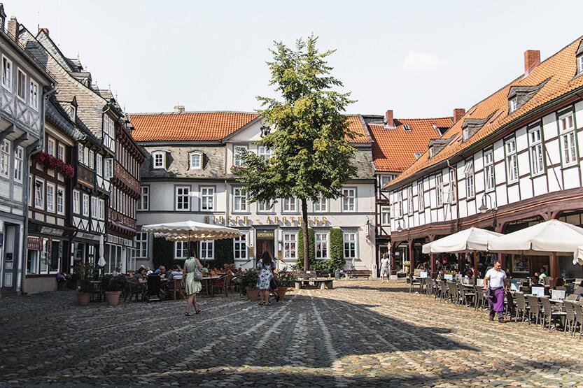 Lige bag ved Hotel Alte Münze, finder du en lille hyggelig plads – Schuhhof