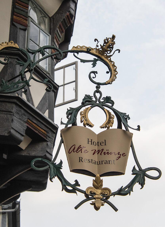 Skiltet lige udenfor Hotel Alte Münze, hvor vi boede i Goslar. Faktisk er det vores værelsesvindue, der står åbent i baggrunden