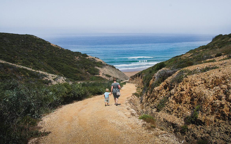 Lise og Sebastian på vej til en naturiststrand i Portugal