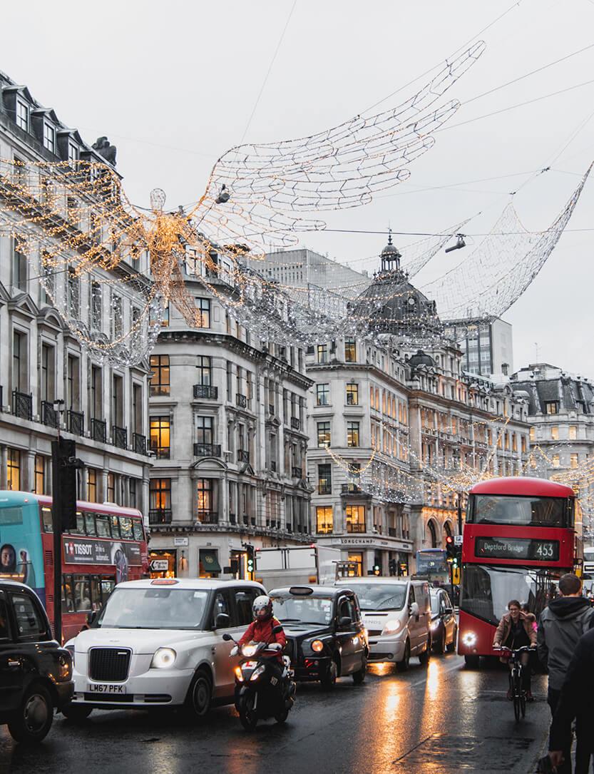 Julen klæder London, pakket ind i glimmer mens de røde dobbletdækkerbusser skrider rundt om hjørnet og plasker regnvand op på dig...