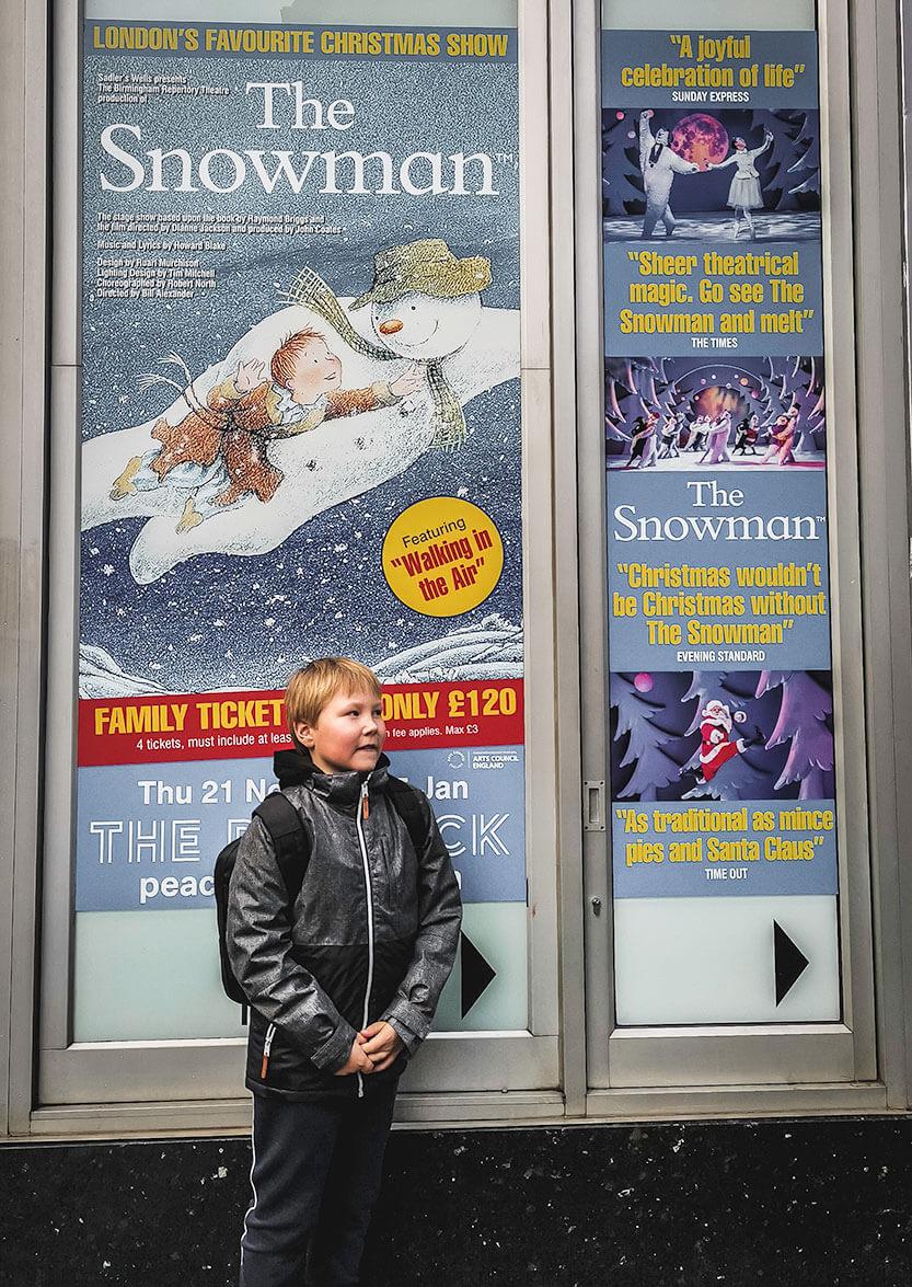 "Sebastian foran Peacock Theatre London, lige inden vi skal ind og se Raymond Briggs ""The Snowman"""