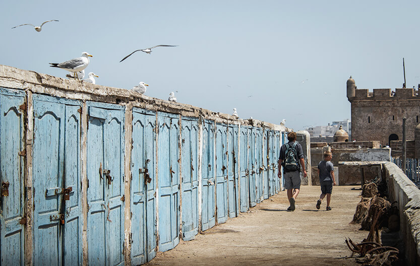 Havenen i Essaouira er ikke til at stå for... Her går vi langs de små fiskehytter på molen