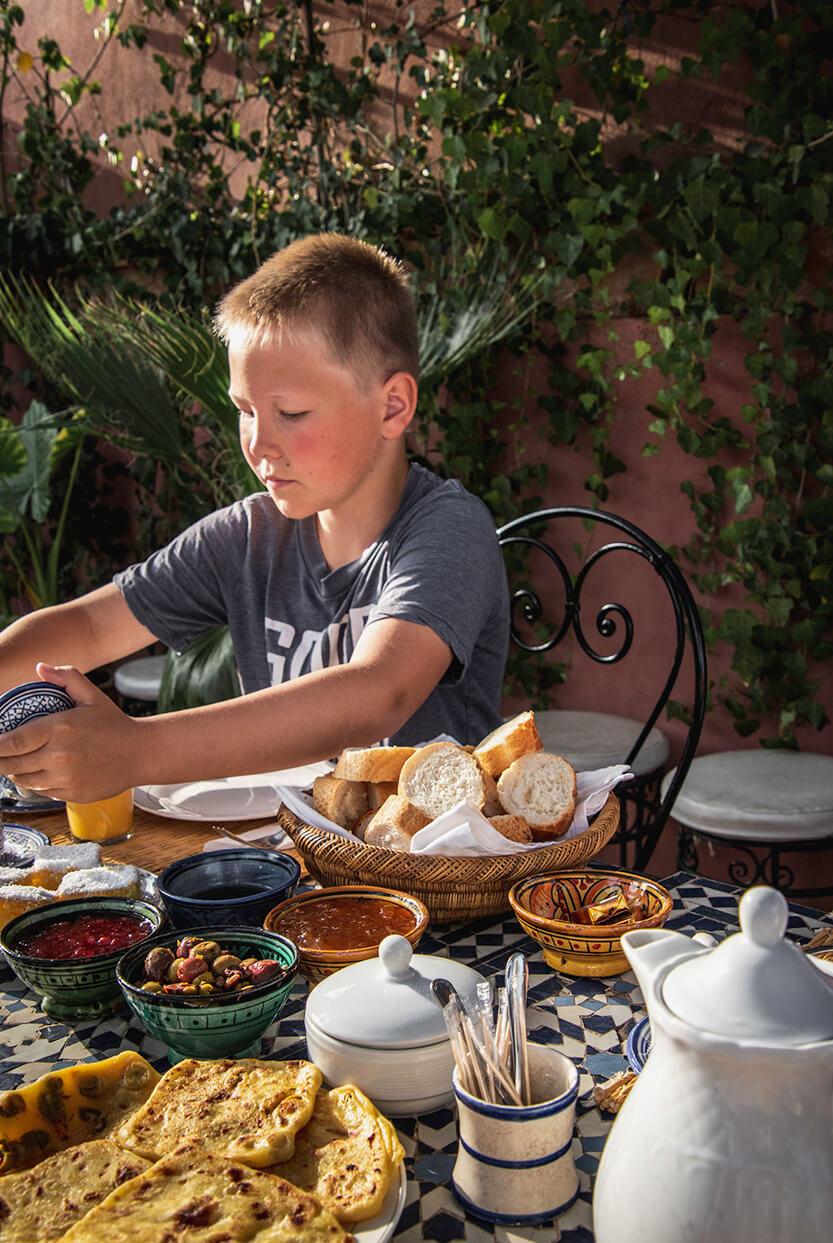 Sebastian nyder morgenmaden i Marrakech