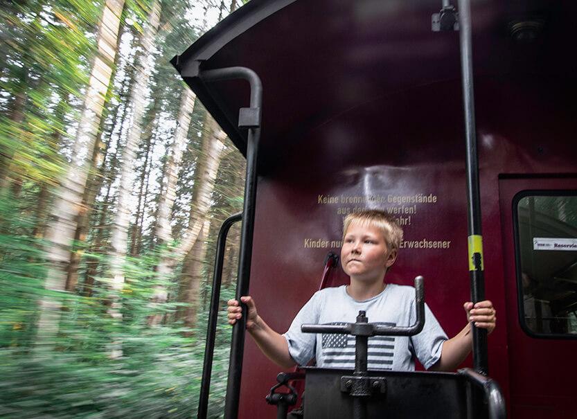 Det ser ud til at Sebastian nyder turen med damp lokomotivet