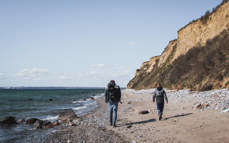 Sebastian og Peter på vej ud for at udforske stranden ved Skødshoved