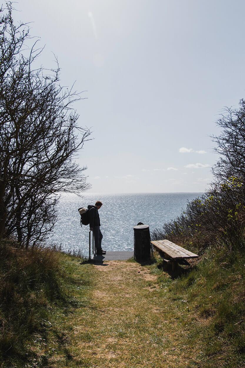 Peter står og venter på at vi andre kommer – ved nedgangen til stranden