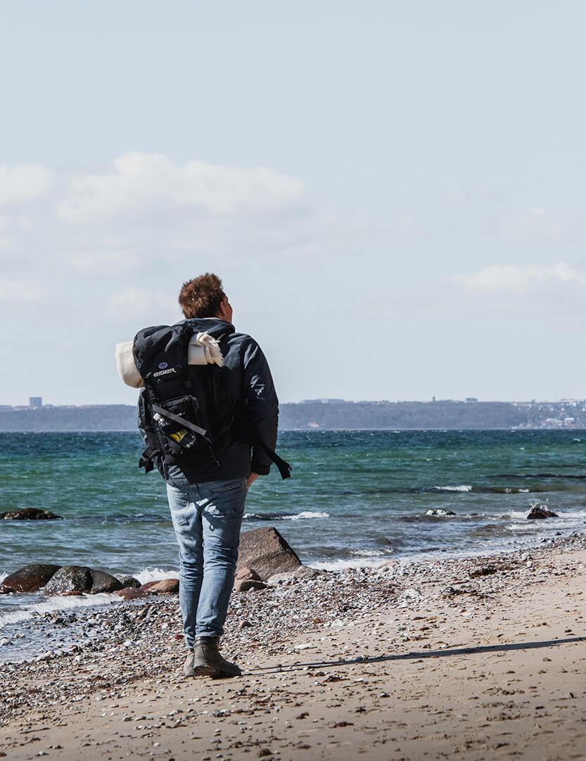 Skødshoved Strand - Peter ser op mod klipperne