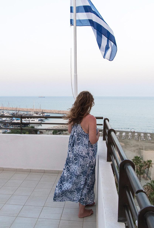 Lise nyder udsigten fra vores tagterasse, Larnaca, Cypern