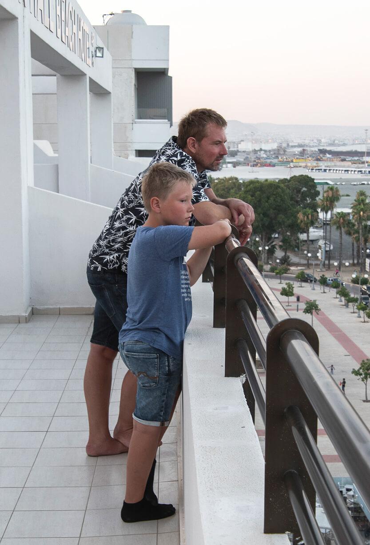 Peter og Sebastian på vores store tagterasse, Larnaca, Cypern