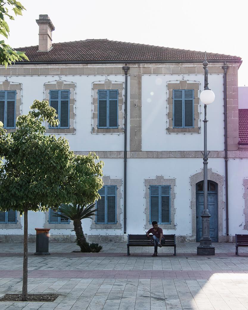 Den gamle smukke bygning, lige over for havnen i Larnaca