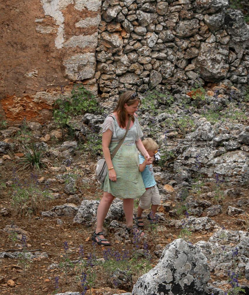 Lise og Sebastian undersøger den forladte by.