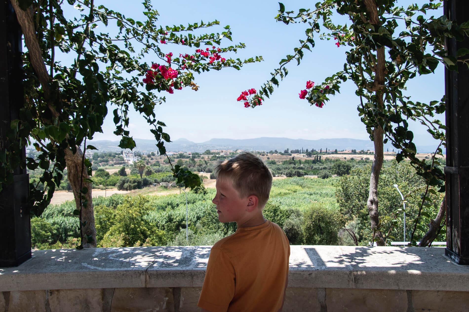 Sebastian køler ned i skyggen. Polis, Cypern