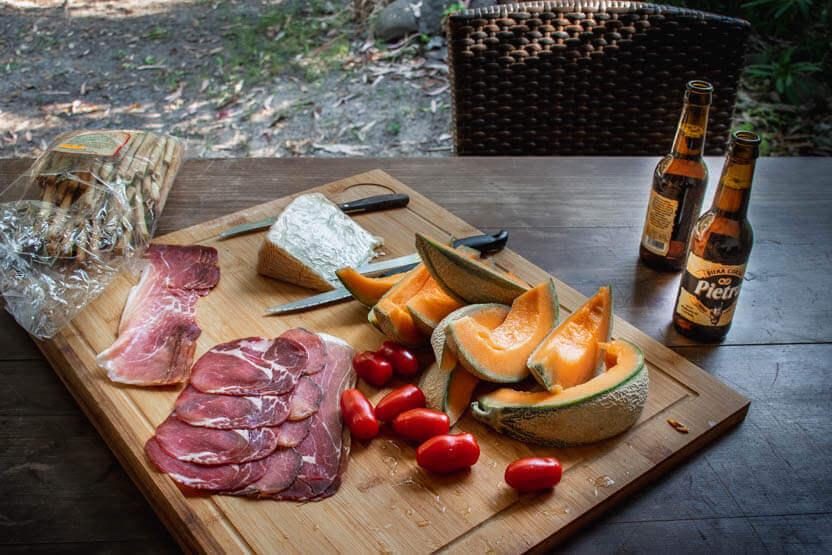 Aftensmaden på Korsika så ofte sådan ud: Korsikanske oste, pølse, skinker, melon og solmodne tomater .... og Pietra