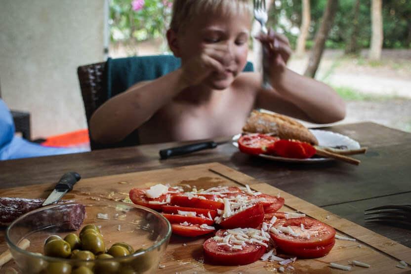 Frokosten bestod ofte af pølse, tomater og oliven med oste