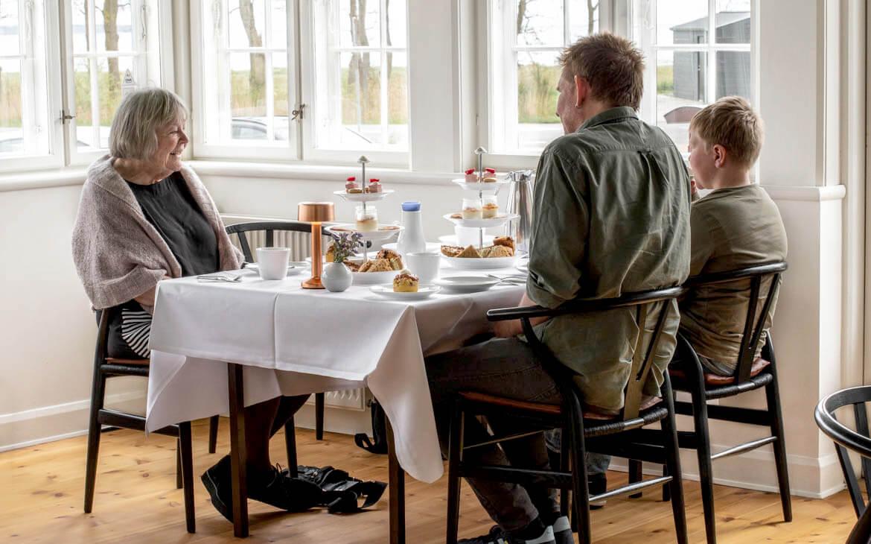 Den lækre high-tea bliver indtaget i de smukke lokaler på Molskroen
