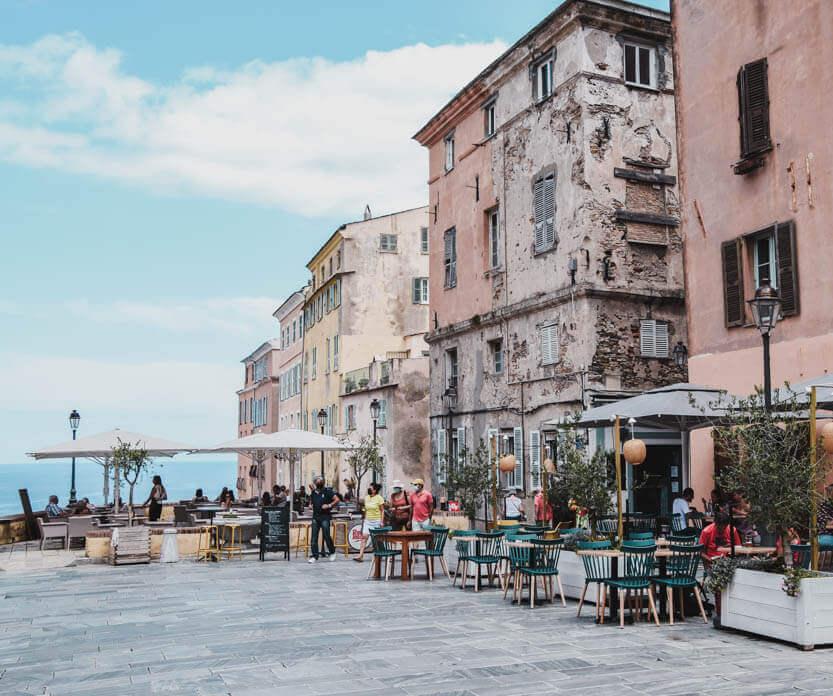 Inde i citadelllet i Bastia, kan du sidde ved en af fortovscafeerne og få en frokost eller lidt at drikke - og med flot udsigt.