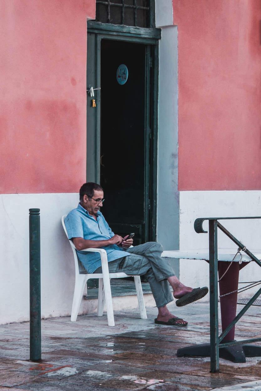 Manden ser ud til at nyde dagen og livet her ved Bastias lystbådehavn