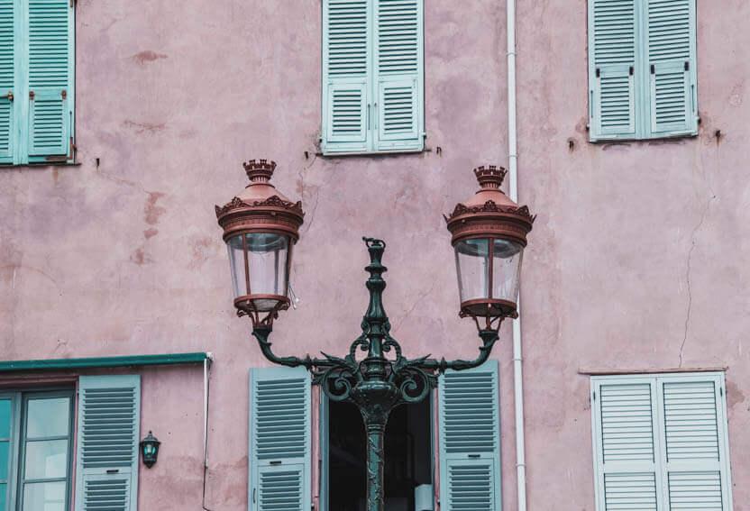 Lygterne i Bastia er fine og smukke op mod de gamle huse.