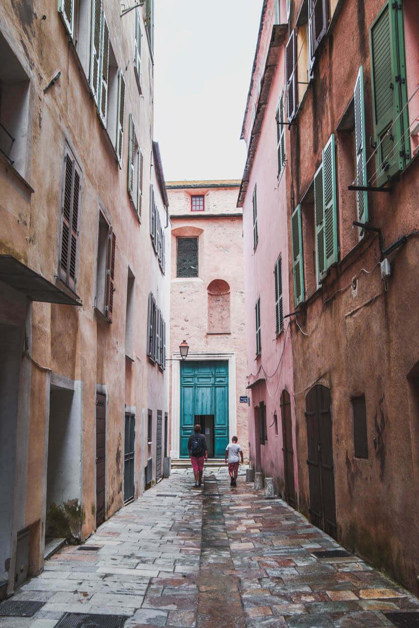 Den gamle bydel er fyldt med smalle gyder og smukke Genova inspirerede huse
