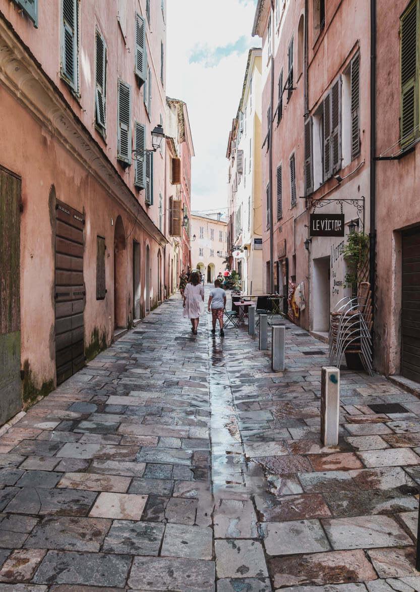 Der er smukt, der i den gamle bydel i Bastia. Her kommer Sebastian og Lise gående i en af dens smalle gader.