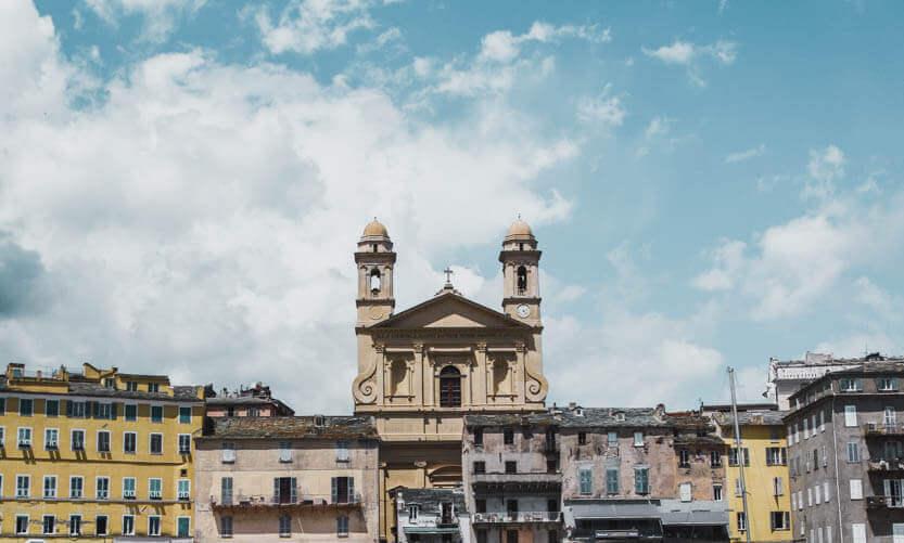 Ghjesgia San Ghjuvà Kirken ses tydeligt nede fra Bastias lystbådehavn