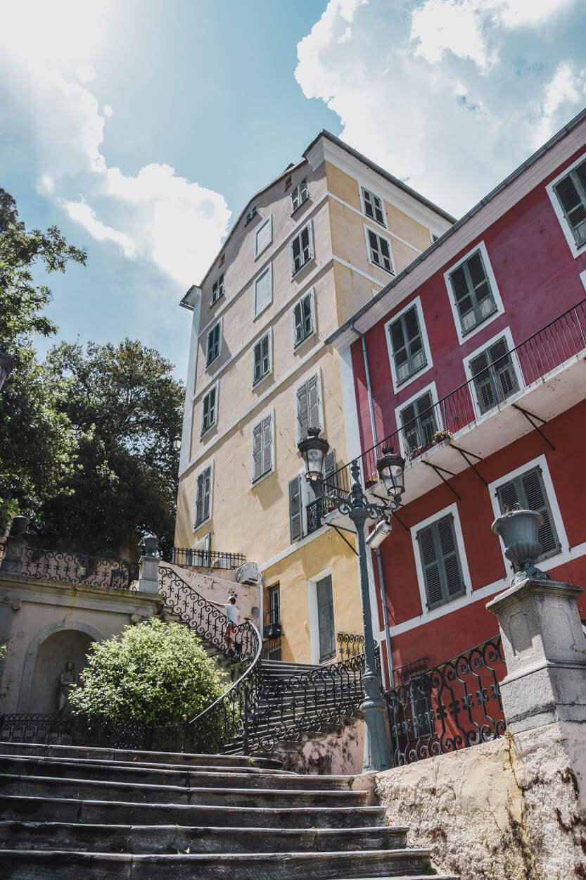 Sebastian løber op af trappen ved Giardinu Romieu, Bastia