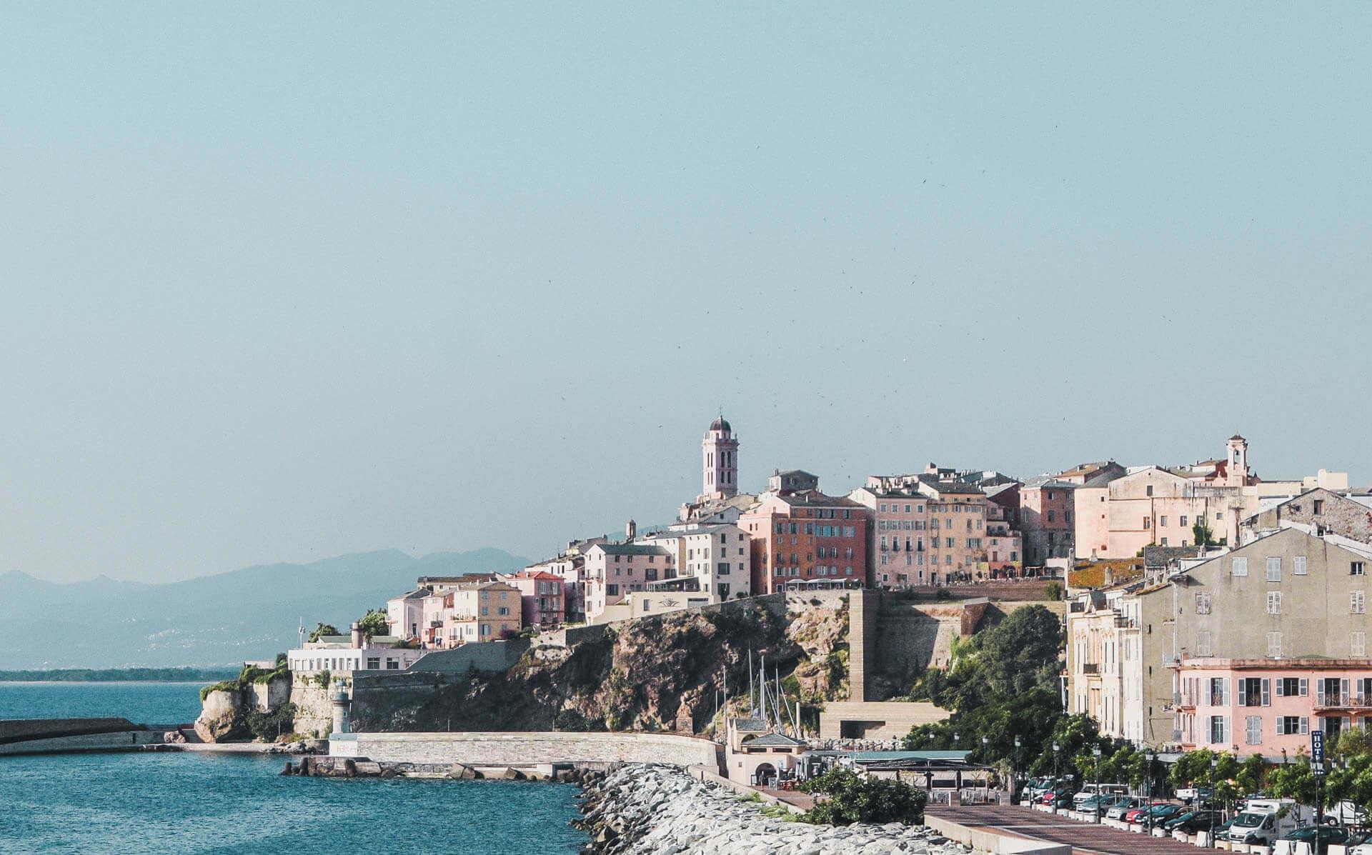 Bastia - den gamle bydel, ligger smukt for foden af Korsikas bjerge og med ansigt ud mod havet