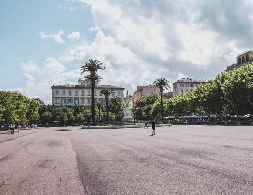 Place Saint Nicolas, den store plads, der ligger ned til færgelejet, men som er fyldt med caffeer inde under alleen.
