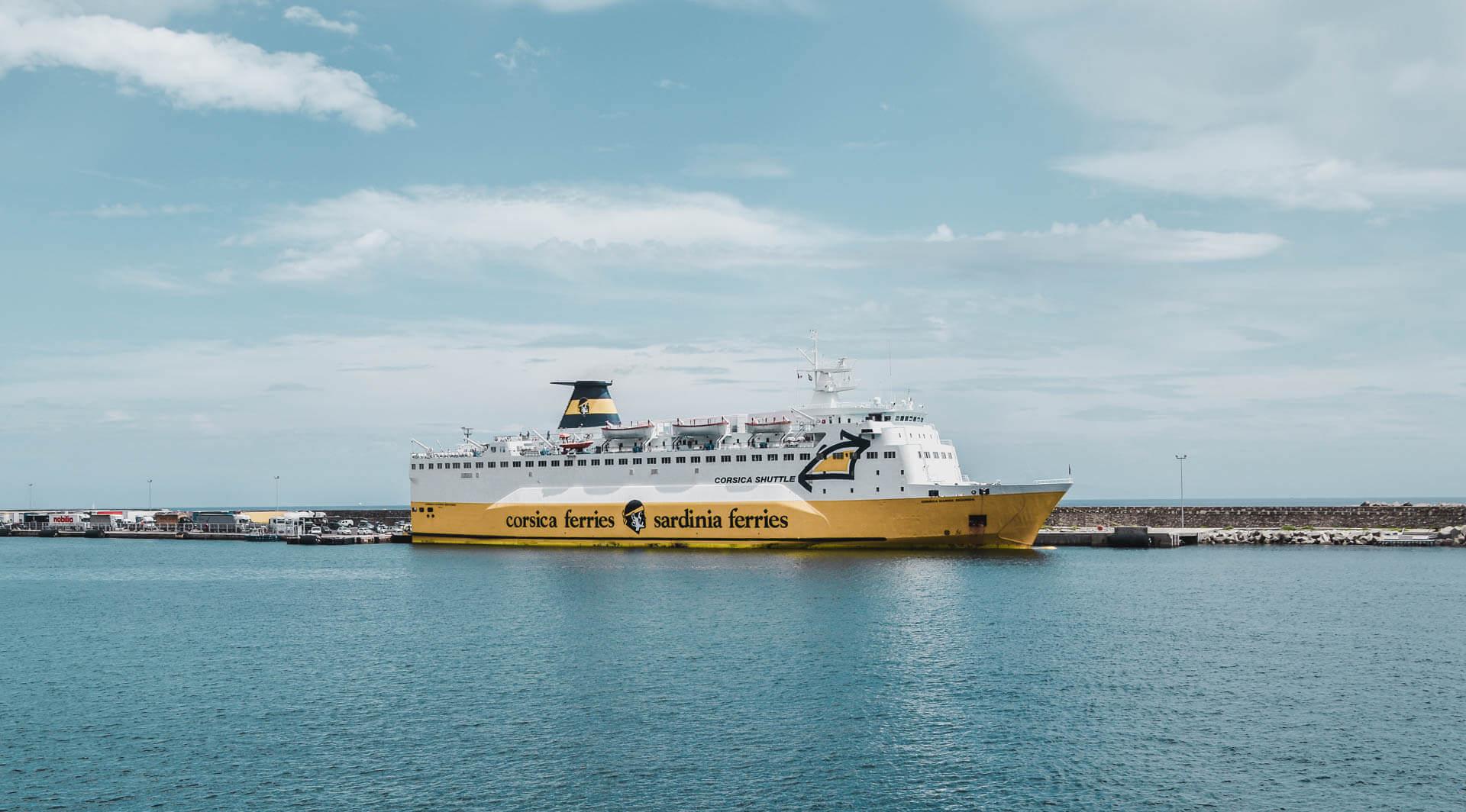 Der går mange færger til Korsika. Her er det en af Corsica-ferries som ligger i havnen.
