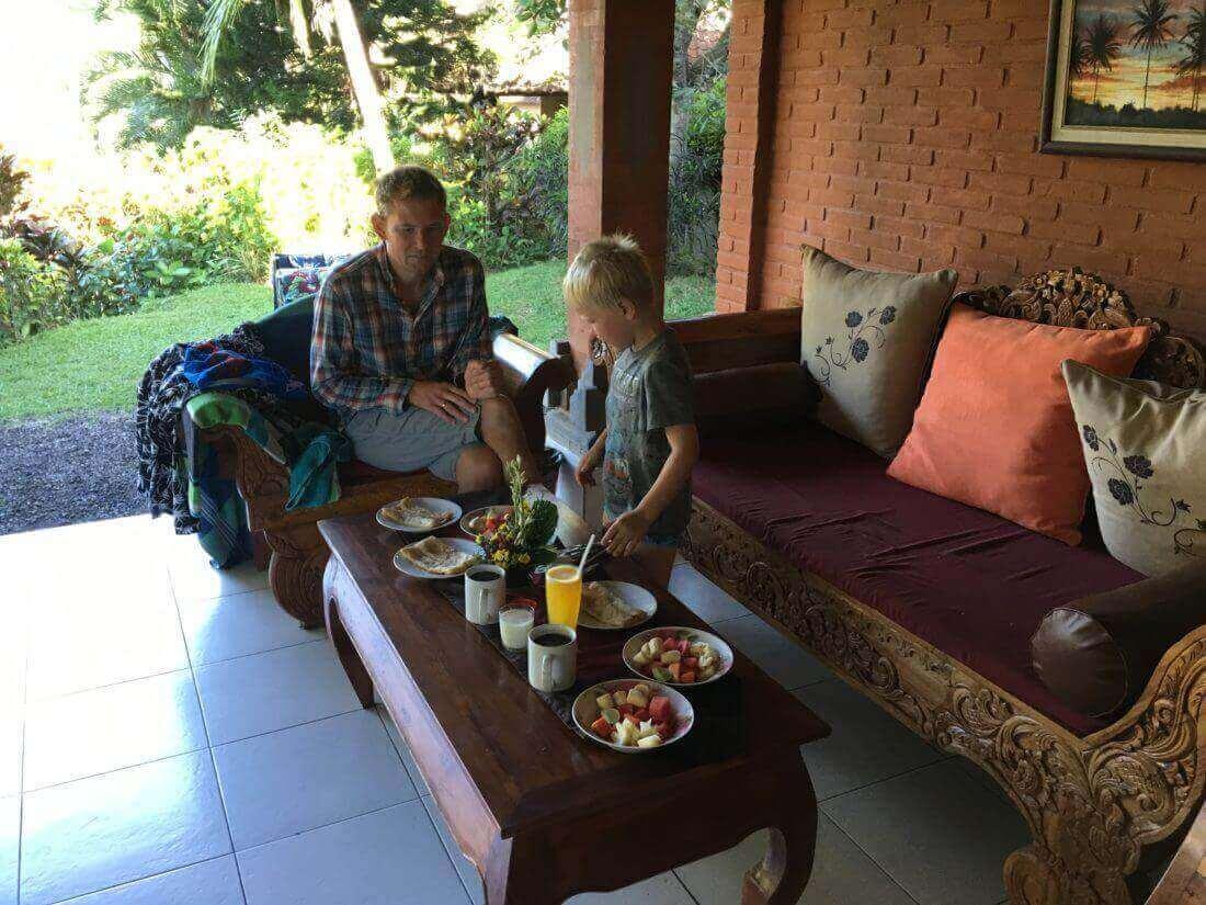 Peter og Sebastian - vi fik serveret vores morgenmad i huset hver morgen